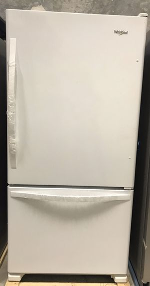 Refrigerator Wirpool white bottom freezer refrigerator for Sale in Doral, FL