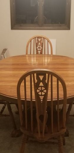 kitchen / dining room table and chairs for Sale in Moline,  IL