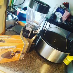 Crock pot cake blender and blender for Sale in Baltimore,  MD