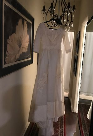 Wedding Dress. Size 4-6. Ivory color with lace snd beads for Sale in Los Angeles, CA