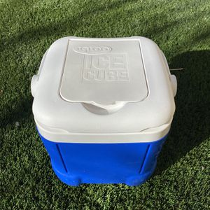 Igloo Ice Cube Cooler/ Chest for Sale in Murrieta, CA