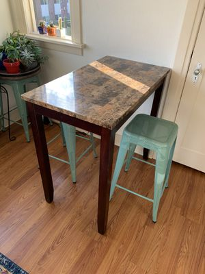 "35"" table. 26"" stools x3 for Sale in Monroe, WA"