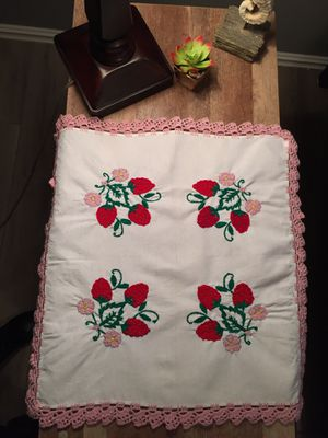 Doilies, table topper with strawberry blossoms for Sale, used for sale  Broken Arrow, OK