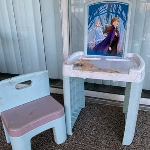 Free Frozen Table & Chair for Sale in Riverview, FL