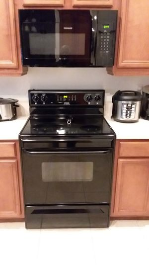 Frigidaire stove and microwave for Sale in LXHTCHEE GRVS, FL