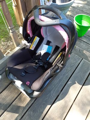 Infant Car Seat with Base for Sale in Peninsula, OH