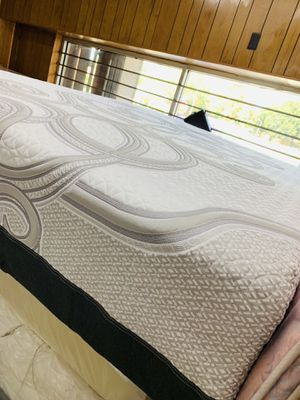 Matrress y box spring queen size memory foam Serta for Sale in Houston, TX
