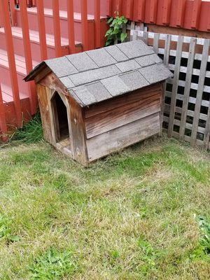 Wood dog house. Good condition. Small to medium dog. for Sale in Everett, WA