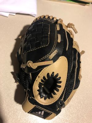 Adidas 9.5 inch youth right hand baseball glove for Sale in North Versailles, PA