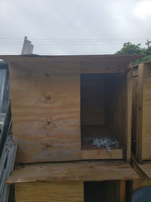 Dog house w/chain for Sale in Miami, FL
