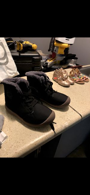 Boys or girl winter boots like new size 7 fits like 10 or 11 years Boys or girl very warm for Sale in Norcross, GA