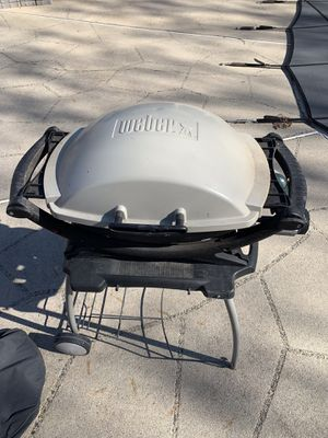 Weber Q200 Portable Grill w/ Cover and Rolling Cart for Sale in Reston, VA