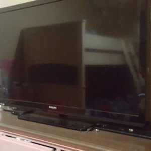 Philip's TV. Includes Remote. Excellent Working Condition. 65 Firm for Sale in Glendale, AZ