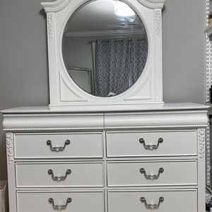 Beautiful Girls 8 Drawer Dresser And Matching 5 Drawer Chest for Sale in Wantagh, NY