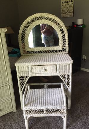 White Mirror w Stool and Dresser Set for Sale in Westerville, OH