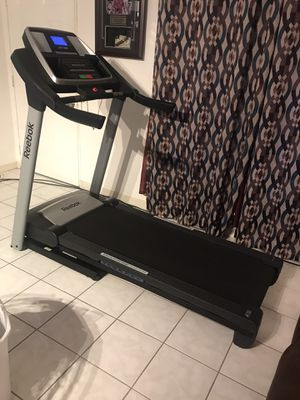 Reebok V8.90 Treadmill. Pretty Good Condition. It come with Aux, Speakers, two Memory Programs, but you can use it manually ((( NO DELIVER ))) for Sale in Orlando, FL