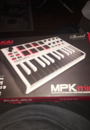 MPK mini keyboard almost brand new for Sale in Lemont, IL