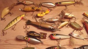 Lot of lures 60 or so vtg old for Sale in Sunbury, OH