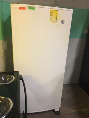 New scratch and dent whirlpool freezer less gladiator in excellent condition for Sale in Halethorpe, MD