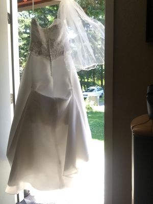 David's bridal wedding dress, size 8, has one year near the button on the left in back for Sale in Graham, WA