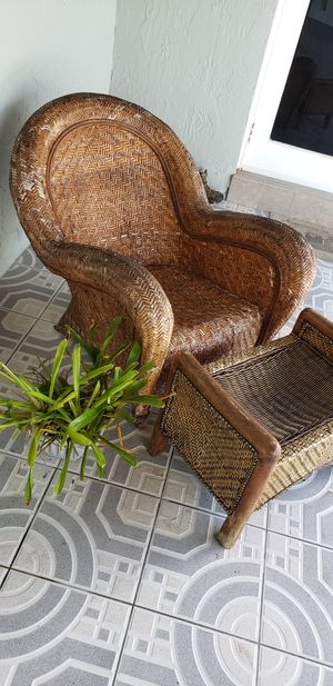 Wicker chair and ottoman Needs staining for Sale in Miami, FL