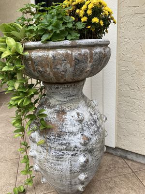 2 large planters pot with flowers for Sale in Katy, TX
