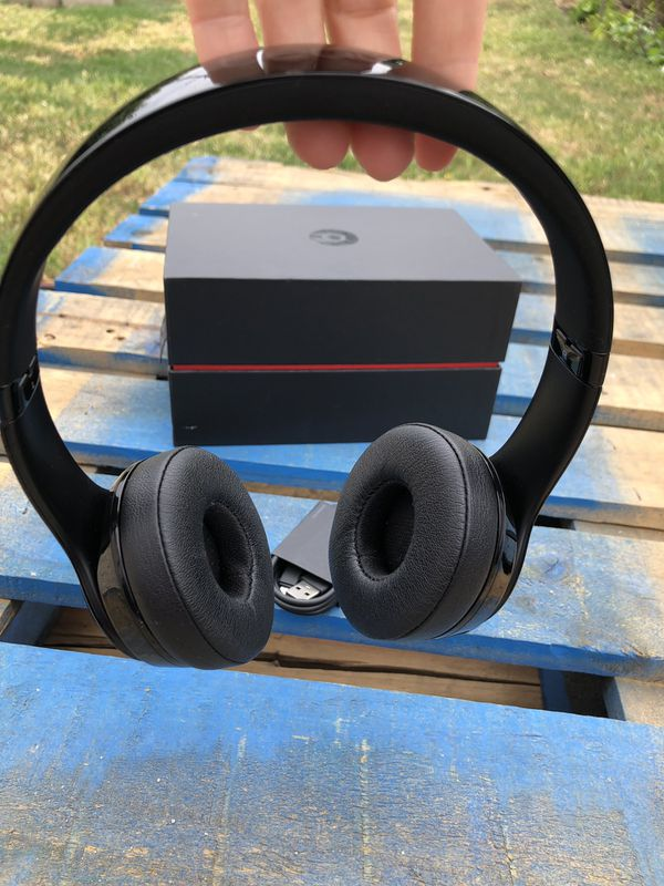 Beats Solo 3 Bluetooth wireless headphones 🎧 💯 authentic beats used signs and minor scratches Gloss Black
