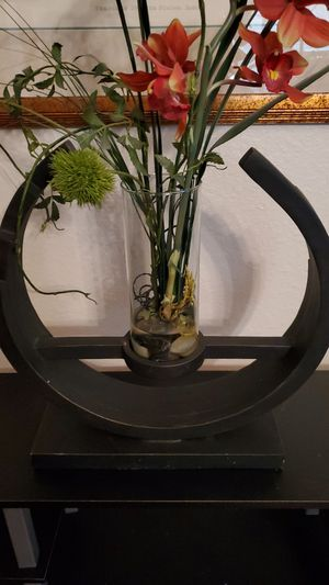 Wooden vase holder with flowers and vase for Sale in Mansfield, TX