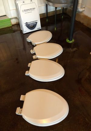 4 white elongated toilet bowl seats for Sale in Thompson's Station, TN