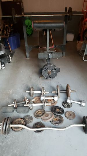 Good weight bench with curl bar and dun bells for Sale in Colton, CA