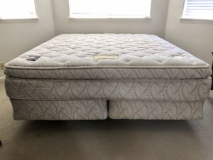 King Beautyrest mattress set and frame for Sale in Ridgefield, WA