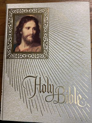LOWER PRICE! The Holy Bible. Fireside Family Edition. Like new! for Sale in St. Louis, MO