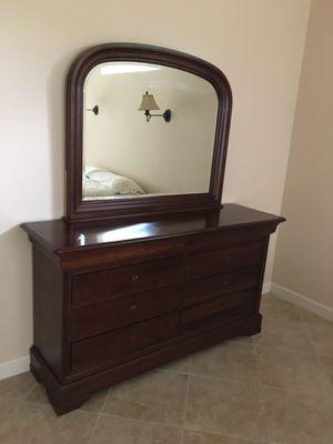 Dresser with Mirror for Sale in Alafaya, FL