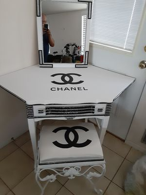 Corner rhinestone vanity with mirror and chair for Sale in Boulder City, NV