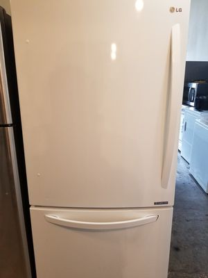2016 LG Bottom Freezer fridge with ice maker fully functional very clean for Sale in Long Beach, CA