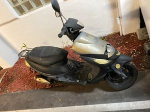 50 cc scooter as is must sell needs love lost keys have title in hand for Sale in IND CRK VLG, FL
