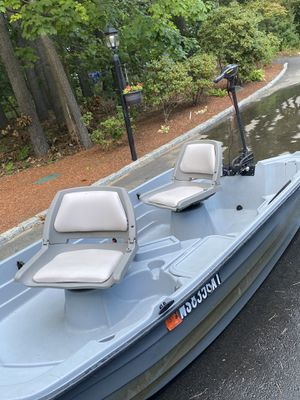 Bass hound 10.2 boat with trolling motor, battery, anchor and snap cover for Sale in Sherborn, MA