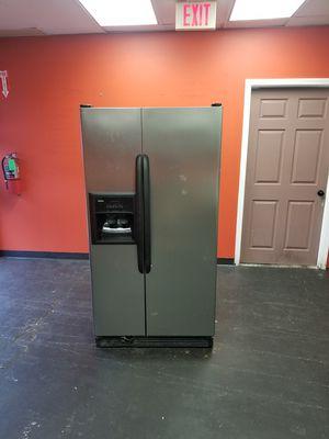 Side by side fridge ice maker water dispenser working for Sale in Aurora, IL