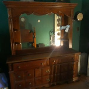 Vintage Bassett Furniture 8 Drawers dresser Curio Shelves Mirror for Sale in Queens, NY