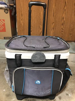 COOLER- Igloo Cooler with handle and wheels for Sale in Orlando, FL
