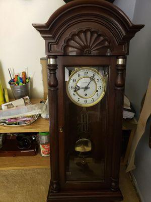 Howard miller clock vintage just needs key for Sale in Fenton, MO
