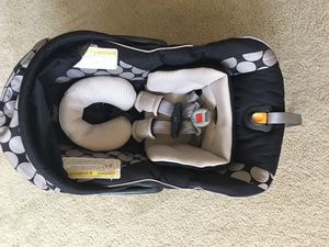 Chicco KeyFit 30 Infant Car Seat with extra base and winter cover for Sale in Dublin, OH