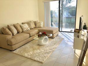 Sofá, mesa centro , mesa televisor , lámparas , cama Queen. Sillas barra . Todo por 1.000$ for Sale in Miami, FL
