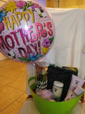 Victoria's secret Mother's Day gift set for Sale in Apopka, FL