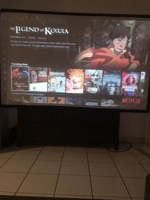 Hd /roku tv projector with hdmi input and 100in screen for Sale in Tampa, FL