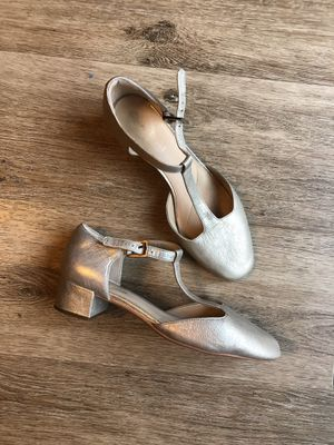 leather silver shoes with a small heel, perfect condition, size9 1/2, Clarks for Sale in Vancouver, WA