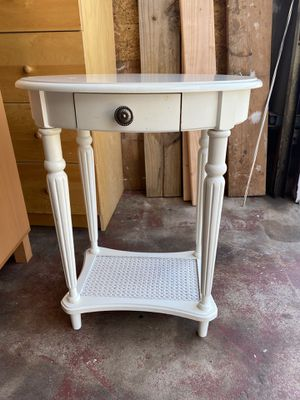 White oval end table for Sale in Fair Lawn, NJ