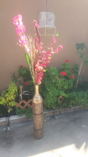 Metal vase with flowers for Sale in Bell Gardens, CA