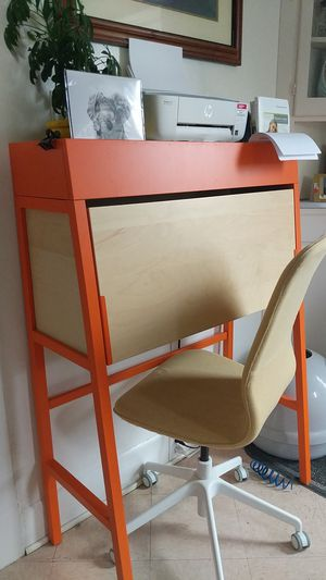 Desk and chair for Sale in Tacoma, WA