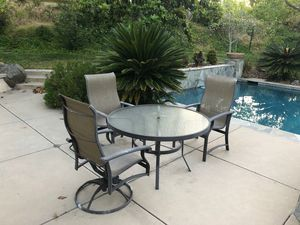 round glass tablenwith 3 chairs for Sale in Chula Vista, CA
